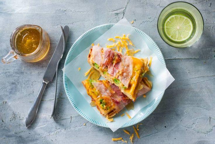 Kaaswafel met avocado, cheddar en ontbijtspek - Recept - Allerhande