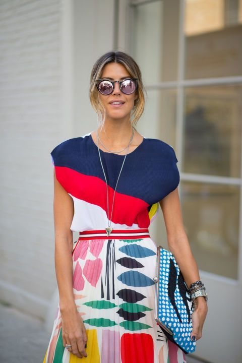 Mixing prints is a good idea for following the fahion trends. Here she is matching a printed skirt with a printed shirt. Sunnies. Streetstyle. Inspiration.