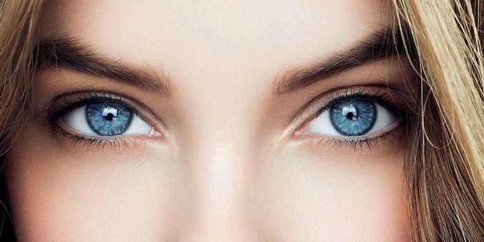 Le maquillage des yeux clairs et plus particulièrement celui des yeux bleus n'est pas toujours chose facile. En effet, toutes les couleurs d'ombres et de fards à paupière ne sont pas ad…