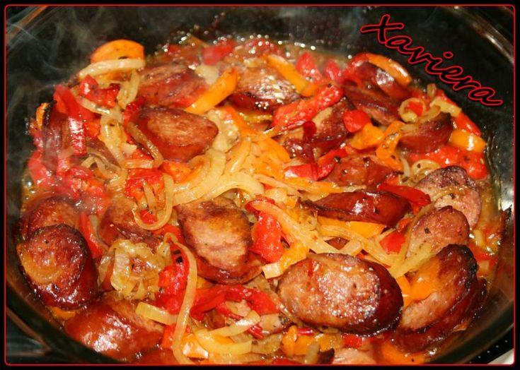 Kielbasa smazona z papryka czerwona, zolta, z cebula i porem.  Podawac na obiad z ziemniakami i surowka, lub na kolacje z pieczywem