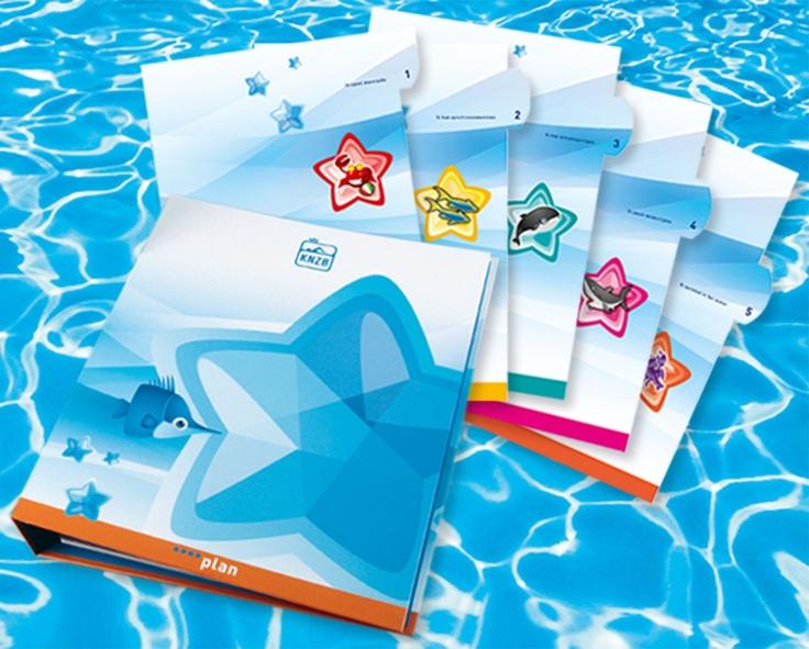 Koninklijke Nederlandse Zwembond. ONTWIKKELING STERRENPLAN. Met het KNZB Sterrenplan kun je op speelse manier kennismaken met de 4 verschillende zwemsporten, zwemmen, waterpolo, schoonspringen en synchroonzwemmen. Wanneer je een onderdeel erg goed kunt ontvang je een sticker voor op de poster, en wanneer je alle oefeningen van een module goed hebt afgerond ontvang je een certificaat! Ontwerp Koen Lichtenberg