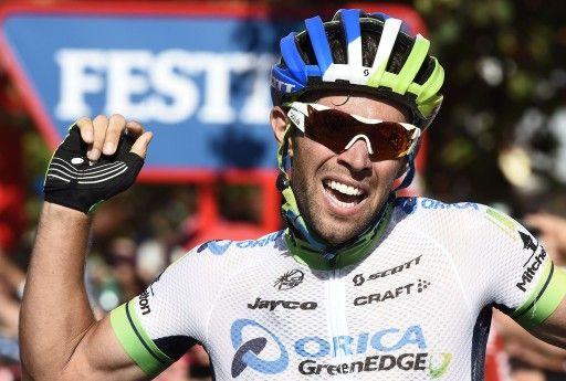 第69回ブエルタ・ア・エスパーニャ(69th Vuelta a Espana)、第3ステージ(カディスからアルコス・デ・ラ・フロンテーラ、197.8キロメートル)。トップでフィニッシュラインを切り喜ぶオリカ・グリーンエッジ・サイクリングチーム(Orica GreenEDGE Cy...