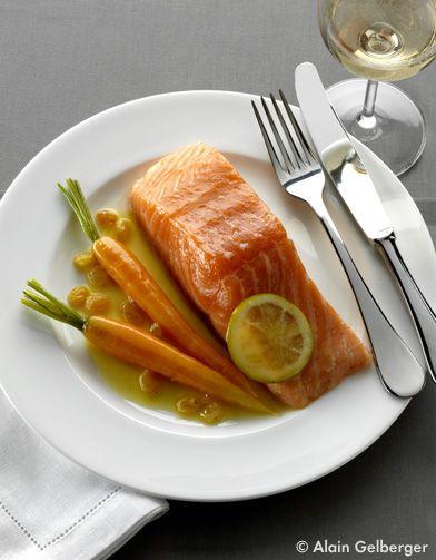 Recette Saumon confit à l'huile d'olive : 1. Lavez le gingembre, pelez-le et hachez-le ; réservez les pelures pour confire le saumon. Nettoyez les carotte...