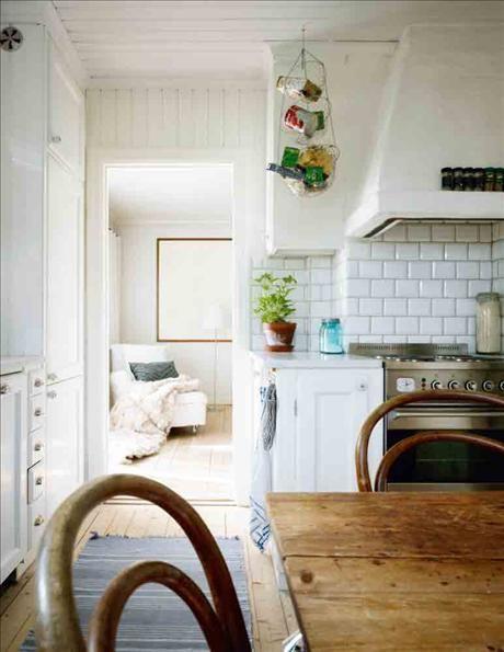 Köket med spis från Ilve. Korgarna i taket från Ikea. Kakel med fasade kanter, liknande finns  hos G...