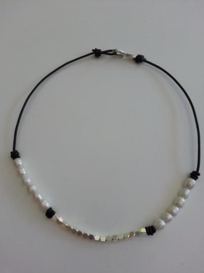 collar corto de cuero con cubos de zamak y perlas  zamak y cuero,perlas cultivadas zamak y cuero