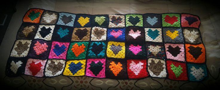 Manta tejida al crochet -granny square de corazones