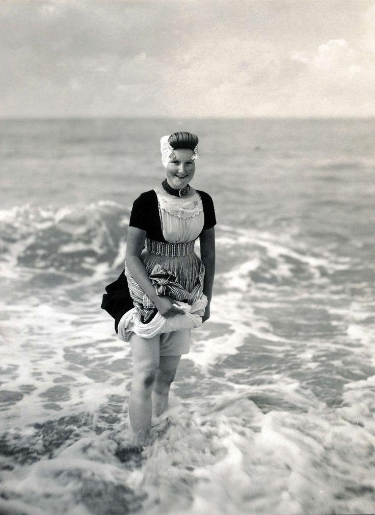 Strandscene op Walcheren. Vrouw in Zeeuwse klederdracht  staat in de branding. Nederland, Zeeland, 1928.