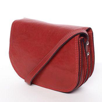 #ItalY Další novinkou pro tuhle sezónu, je menší kožená crossbody kabelka značky ItalY, do které dáte pohodlně telefon, peněženku, klíče a pár dalších maličkostí, které potřebujete ve víru města. Jdete se pobavit? Nenechávejte tuto červenou lakovanou krásku doma, bude Vám skvělým doplňkem!