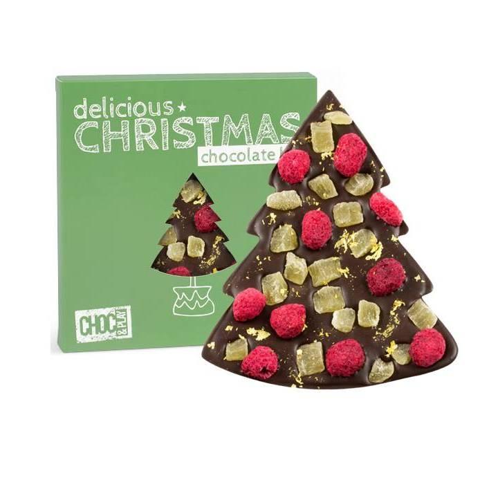 CZEKOLADA CIEMNA ZE ZŁOTEM    Gorzką tabliczkę czekolady w kształcie choinki doprawiliśmy malinami i kostkami ananasa, całość posypaliśmy opiłkami złota. Czekoladowa choinka została opakowana w zielone świąteczny kartonik.