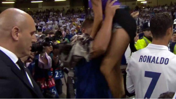 Cristiano Ronaldo pidió que le ayudaran a bajar a su novia de las gradas para el campo.
