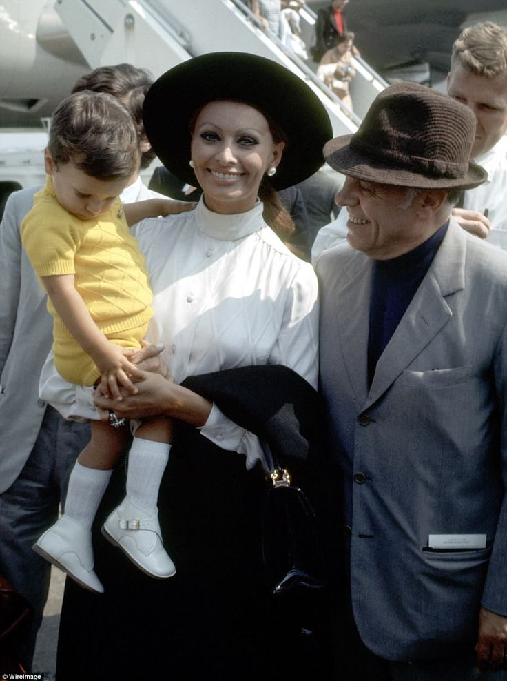 Sophia Loren arrives in New York City with Carlo Ponti and their son Carlo Ponti Jr. in 1970