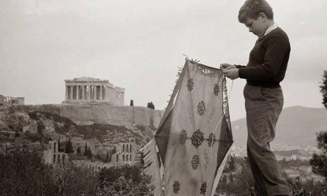 Αθήνα. Φιλοπάππου. Το πέταγμα του χαρταετού με θέα την Ακρόπολη,1957. Δημήτρης Χαρισιάδης. Αρχείου Μουσείου Μπενάκη