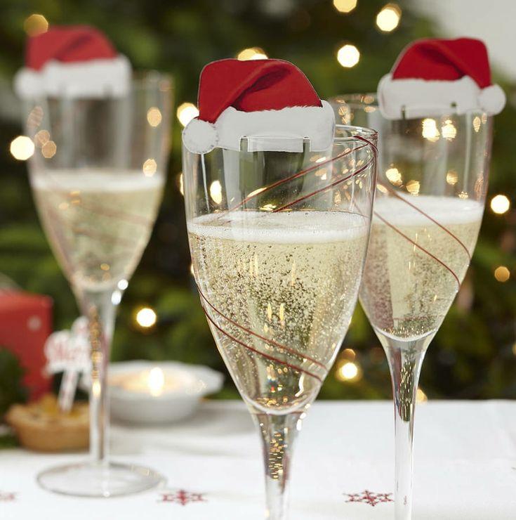 tischdekoration zu weihnachten sekt glas idee weihnachtsmann muetze deko