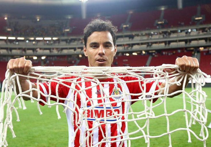 QUIERO IRME DE CHIVAS CON UN TÍTULO: OMAR BRAVO Bravo reiteró que más que sus dos goles, a la afición de Chivas sólo le importa una Copa nueva y nada más.