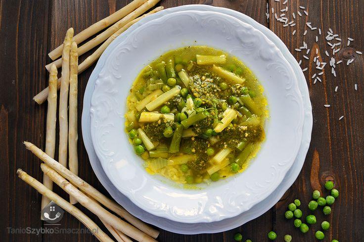 Zupa z białymi szparagami, fasolką, groszkiem i pesto