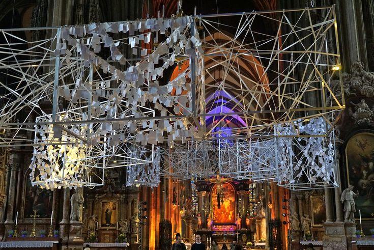 Dentro da catedral… uma exposição moderna criada para a quarésima, representa a escada de Jacob e contém mais de 50,000 pedidos em bilhetinhos pendurados.  O efeito é magnífico!