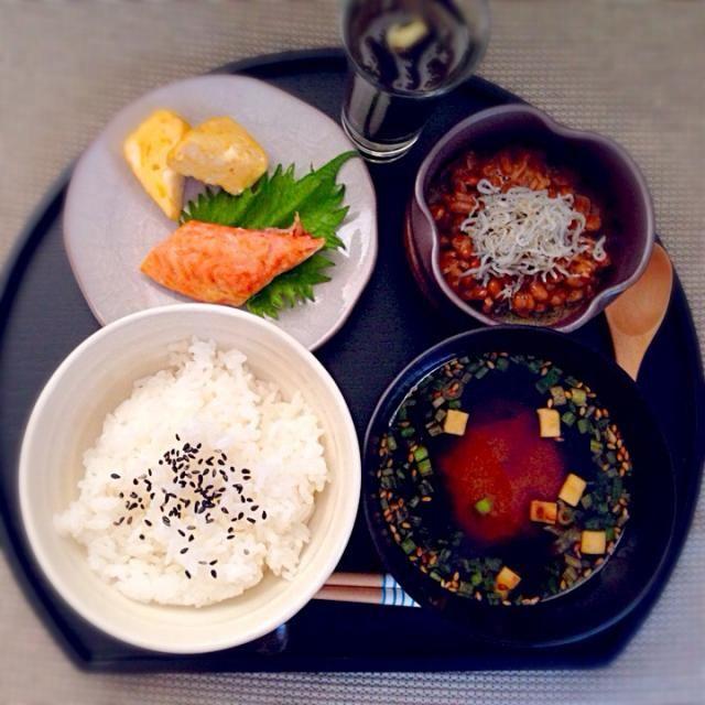 珍しくちゃんとした朝ごはん。 白米、鮭、卵焼き、しらす納豆、メカブと葱のお味噌汁。 - 23件のもぐもぐ - 今朝の息子ゴハン*和定食 by みゆ