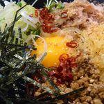 ゆで太郎の台湾油そば好きです。卵の黄身、オイスターソースかナンプラーであえたしょうゆ味のひき肉、それと天かす、海苔、ネギ、あとたっぷりのかつお節&かいわれ。台湾っぽく辛く食べたいなら、刻み赤唐辛子、追加もいいですね。