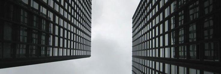 Arquitectura Moderna  Nace en Alemania de la mano de La Bauhaus, se traslada a EEUU gracias a la opresión nazi influyendo grandemente en el sistema arquitectónico americano y muere  producto de su propia rigidez y simpleza, dando paso al postmodernismo.