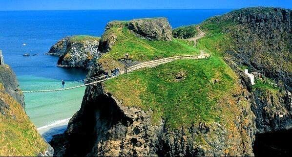 Un puente de cuerda en el Condado de Antrim Irlanda.
