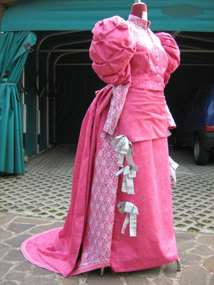 Per presentare la mia tesi di laurea come modellista in costumi teatrali ho realizzato un abito del 1800, pieno romanticismo