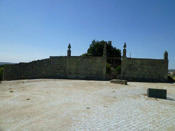 Entrada do castelo de Ranhados, que é o local do antigo cemiterio. O meu avo José Amado repouso aqui.um belo sitio