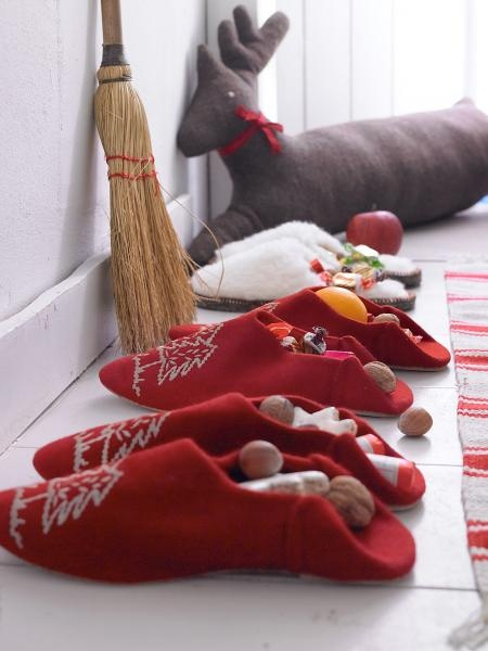 """Love this method for displaying stocking gifts on Christmas morning.  (""""Apples, nuts, cookies & marzipan."""")  From Zuhause Wohnen."""