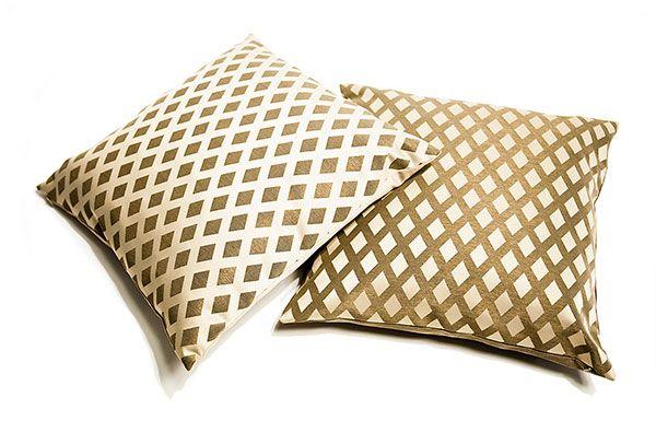 Lusito Di'sign Polštář Lusito Queen Naše luxusní dekorační polštáře pozvednou váše křeslo či sedačku na vyšší třídu. Tyto polštře jsou kvalitně a detailně propracované. Polštář má zapínaní na zip, který je ovšem skrytý. Polštáře jsou z látky se saténovým efektem. Výplň tvoří kombinace kuliček z dutých vlákem a tyčinek z PUR pěny, takže polštář bude dobře držet objem.