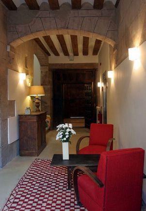 LA RIOJA San Asensio.- Hotel La Capellanía. Dispone de ocho habitaciones, sala de estar con chimenea, comedor, zona de bar y patio exterior. Ubicado en una casa solariega del año 1798 en pleno corazón de La Rioja Alta. En la zona se pueden realizar lugares para conocer el mundo del vino o simplemente relajarse. #Visitas_a_bodegas concertadas o realizar #cursos_de_cata, paseos a caballo, #vinoterapia, #paseos_en_bicicleta_por_viñedos o #globo_aerostático o esquiar en estación de #Valdezcaray.