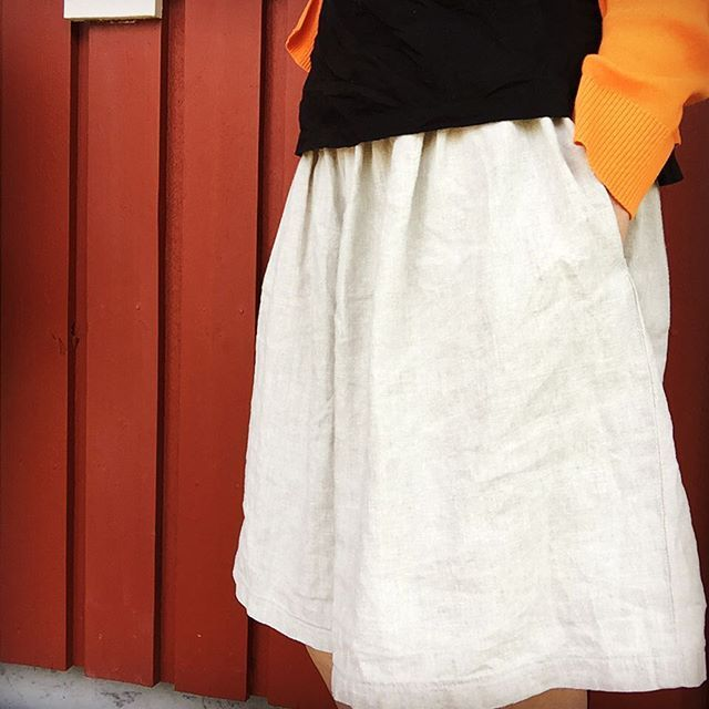 De enklaste plaggen används mest.  Jag kanske bör hålla mig till dem istället för att planera ambitiösa projekt som aldrig blir av.  En enkel kjol med fickor, i linnetyg från Skroten - tar en timme att sy men används hela sommaren. #memademay