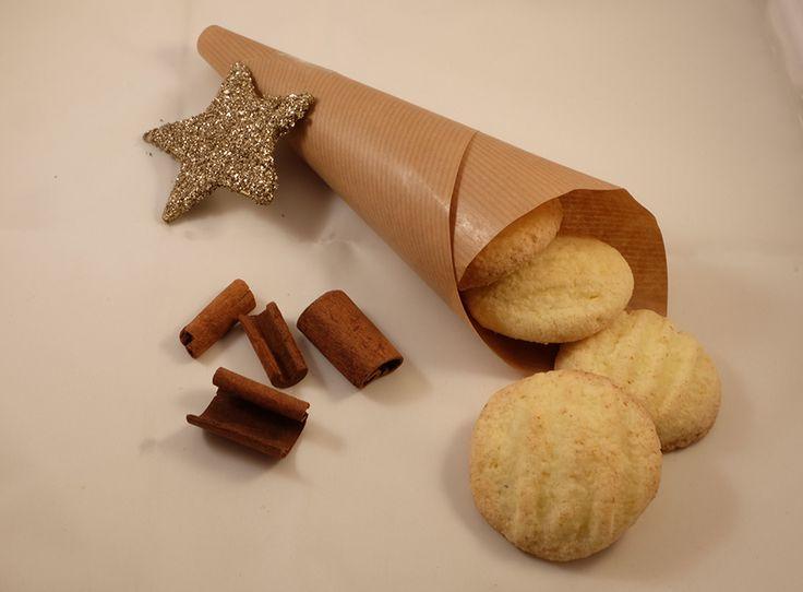 Disse småkakene er lettlagde julekaker, som regelrett smelter på tungen med en svært porøs konsistens. Dette er en stor porsjon som rekker til mange gode sandnøtter. Ingredienser 250 gram romtemperert TINE Ekte Smør 250 gram sukker 1 egg 1 ts vaniljesukker 500 gram potetmel 125 gram glutenfritt mel (jeg har bruukt semper mix) Fremgangsmåte Sett …Read more...
