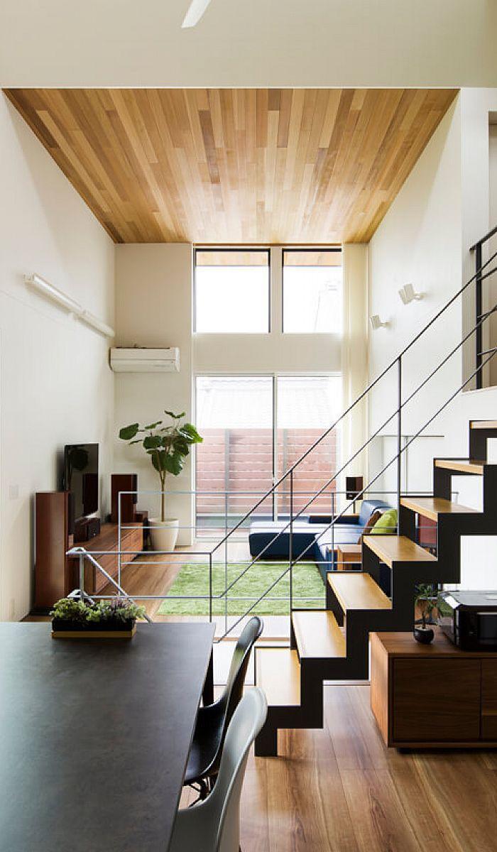 最高3 8mもの天井高と大きな窓がのびやかさを演出するリビング 天井の木目板と軒天の高さを揃えて一体感を出しました 空間を上手に利用した奥のキッズスペースは 引き戸で隠すこともできます クラシスホーム 家 住宅