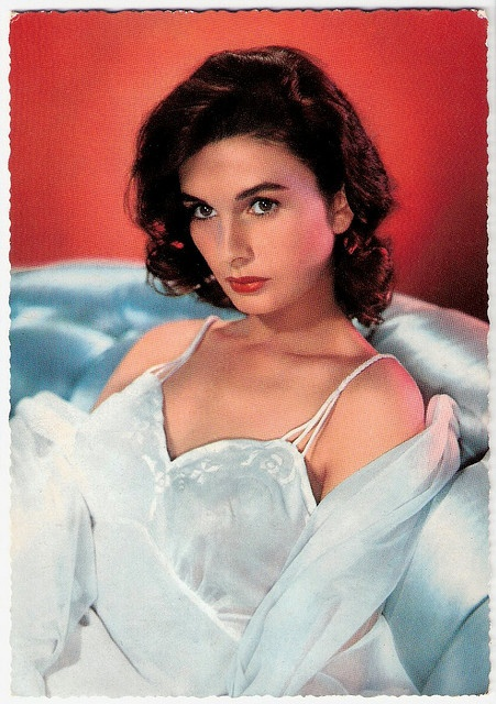 Demure, dark-haired English beauty Jean Simmons (1929 - 2010)
