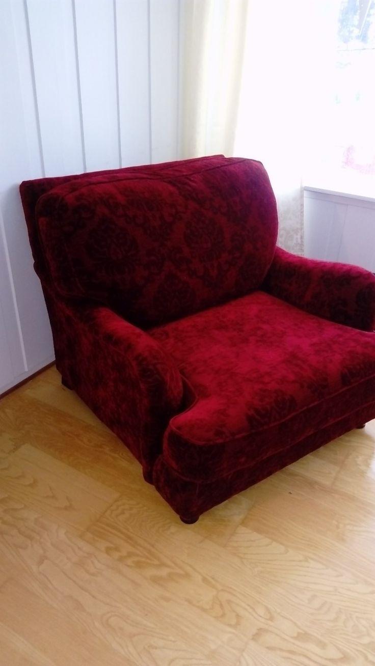 Selger en nydelig rød lenestol, med tungt hjerte. Selges fordi plassen må prioriteres til noe annet!!! Dette er en stol av ypperlig kvalitet, i velour-stoff med brokademønster. Stolputene er fylt med dun, så dette er ikke noe tull. Knallgod comfort, og stor stitteplass for en, eller to som liker å sitte tett! Nypris 8000, selges for 2800. Stolen befinner seg på Løkken verk til daglig, men kan o...