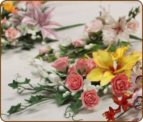 Module 2 - Sugar Flowers (suikerbloemen).Basis technieken van het maken van bloemen (met en zonder draad), maken van fantasie bloemen, rozen en knoppen, Orchideeën, Blossom, Gerbera, Dahlia, Lelie, Freesia, seizoensbloemen, we behandelen welke alternatieven er zijn voor suikerbloemen, het bewaren en mooi houden van de suikerbloemen, dusten, tapen, het arrangeren van en decoreren met boeketten.