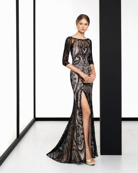 Vestido de fiesta largo en encaje con manga francesa, abertura lateral y transparencia en la espalda, en color negro/nude.