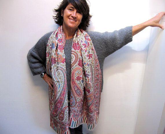 Es un pañuelo tejido de lana multicolor con diseño clásico de cachemire. Chal de tacto suave y agradable puede llevarse anudado al cuello o como chal