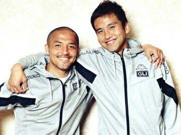コンサドーレ札幌 小野伸二(左)と稲本潤一。 photograph by Asami Enomoto