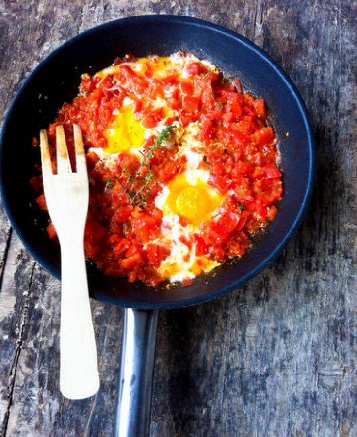 Πικάντικη συνταγή με πιπεριές και τσίλι με αυγά. Σε όσους αρέσουν τα καυτερά αυτό το φαγητό είναι ο ιδανικός συνδυασμός.Σερβίρετε ιδανικάμε μια κρύα ελαφριά μπύρα!
