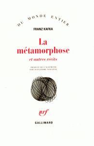 Franz Kafka - La métamorphose. La métamorphose est celle de Gregor Samsa, représentant de commerce qui se réveille un matin transformé en « monstrueux insecte ». Tel un gros hanneton sur le dos il ne parvient tout d'abord pas à se lever pour aller travailler. Réussissant à ramper il montre finalement à sa famille sa nouvelle apparence et fait entendre sa « voix de bête », ce qui lui vaut d'être enfermé dans sa chambre.