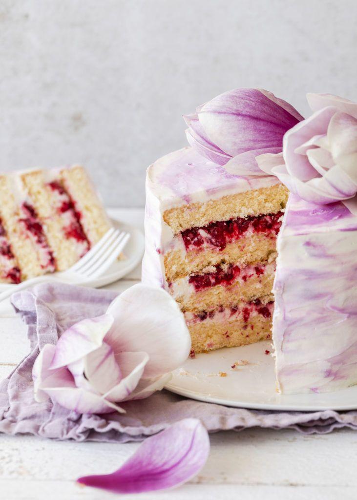 Rezept: Magnolientorte mit Himbeerjoghurt und Hüttenkäse Frühling Frühling lecker …   – Layered cakes/light photography