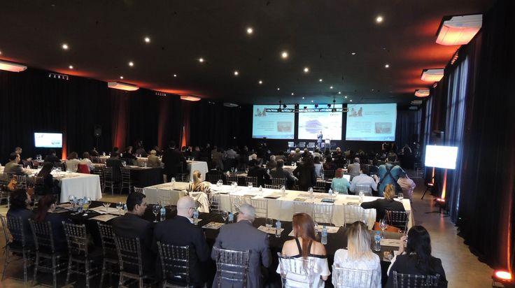 Encontro Grupo Folha em Londrina Buffet Planalto. Locação de iluminação, sonorização, informática, estrutura de palco e projeção.