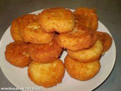 Namočíme 3 rožky do misky s vodou a necháme nasiaknuť, do väčšej misky postrúhame tvrdý syr (eidam )...