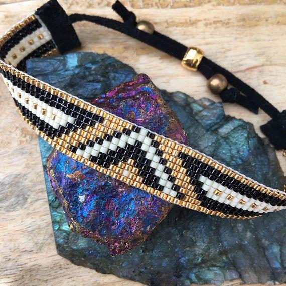 Super sophistiqué et aussi accrocheur que la plage devant des Rocheuses, cette paire magnifique bracelet est tout prête à être bercé toute la nuit ! Ce sont deux entièrement réglable, vegan, bracelets de perles faites avec les meilleurs matériaux disponibles sur métier à tisser. Je tisse