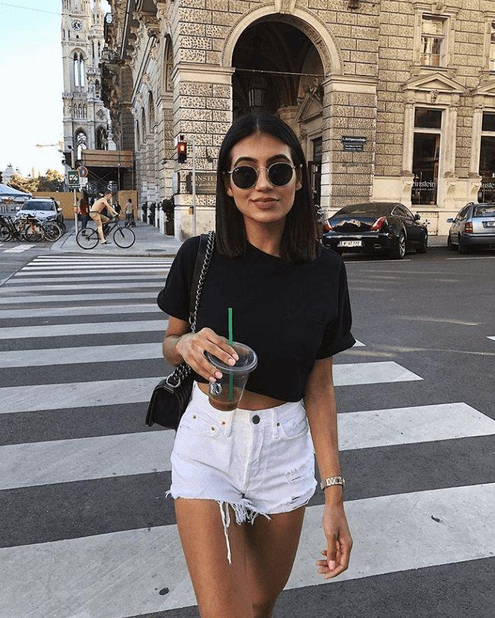 Was soll ich mit Denim-Shorts im Sommer tragen?