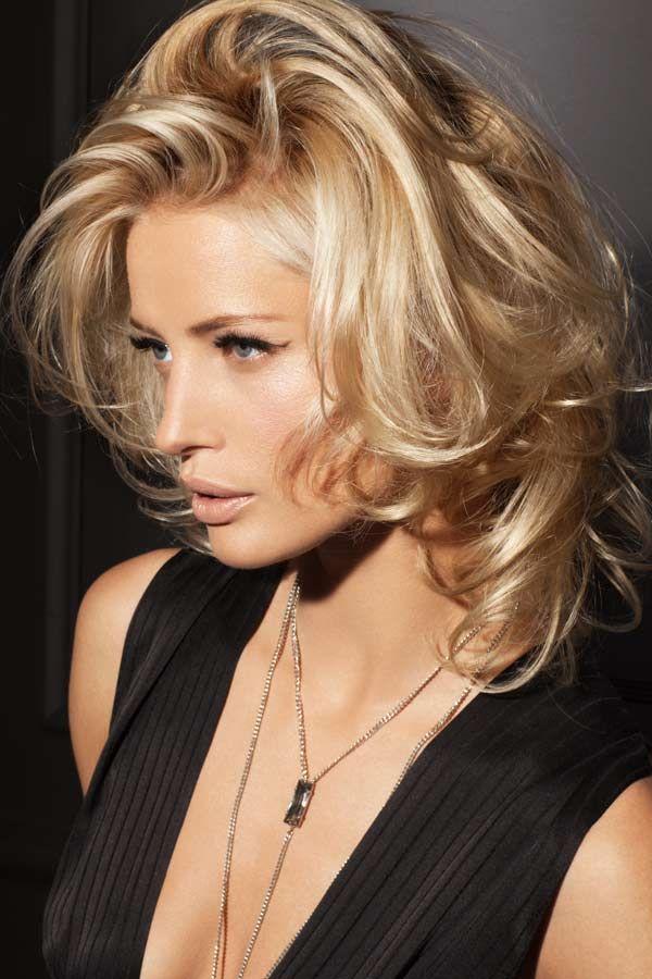 Diese Trendfrisur eignet sich ideal für mittellanges Haar: Grobe Stufen und ein nicht definierter Scheitel sorgen für Abwechslung in der Struktur, das Haar