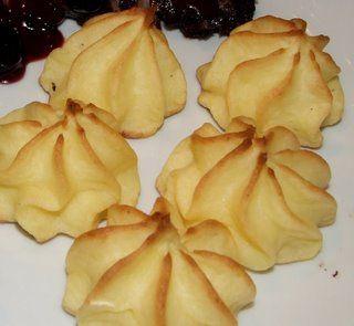 aardappel rozetjes zelf maken van aarappelpurree en dan in de spuitzak, mooie rozetjes maken in het midden vn de oven afbakken op 160 graden totdat ze licht bruin zijn