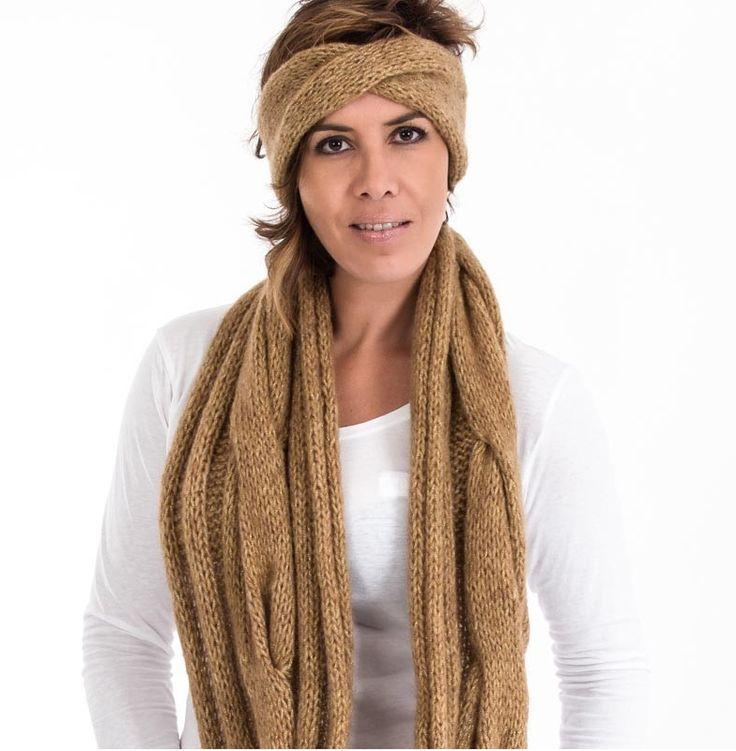 Bufanda elaborada artesanalmente con lana 100% de color crudo con destellos de hilo sintético dorado. Tejido con dos agujas formando ochos y cerrado formando un cuello