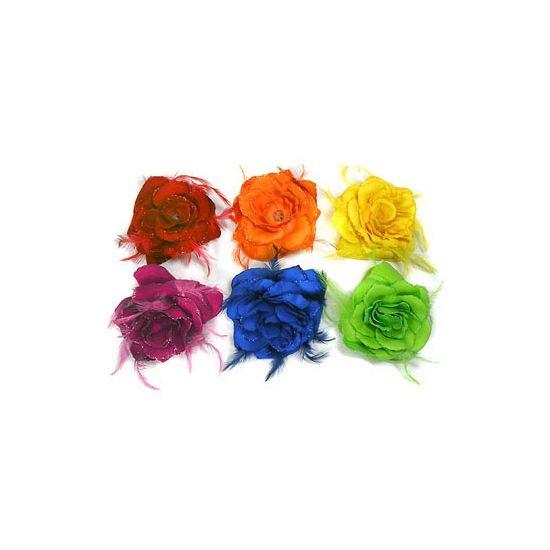 Gekleurde haarbloem roos haar accessoire. Gekleurde roos met veren en glitter die u als corsage of haar accessoire kan dragen. Er zit zowel een elastiek als broche aan bevestigd.