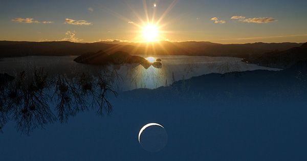 冬至を境に太陽のエネルギーが大きくなり、昼の時間がどんどん長くなっていく、太陽の復活の日。 月の満ち欠けのサイクルで冬至にあたるのが新月。 この太陽の復活の日『冬至』と、月の復活の日『新月』が重なるのが『朔旦冬至』です。 『朔』は新月を、『旦』は昇る太陽。  これが『朔旦冬至』の由来です。  いまでは、暦の様々な改修になどを経て、旧暦の11月1日と冬至が重なる日が『朔旦冬至』となっています。 このダブルでおめでたい『朔旦冬至』ですが、19年に1度。 しかも、2014年の次の『朔旦冬至』は、19年後ではなく38年後の2052年になります。